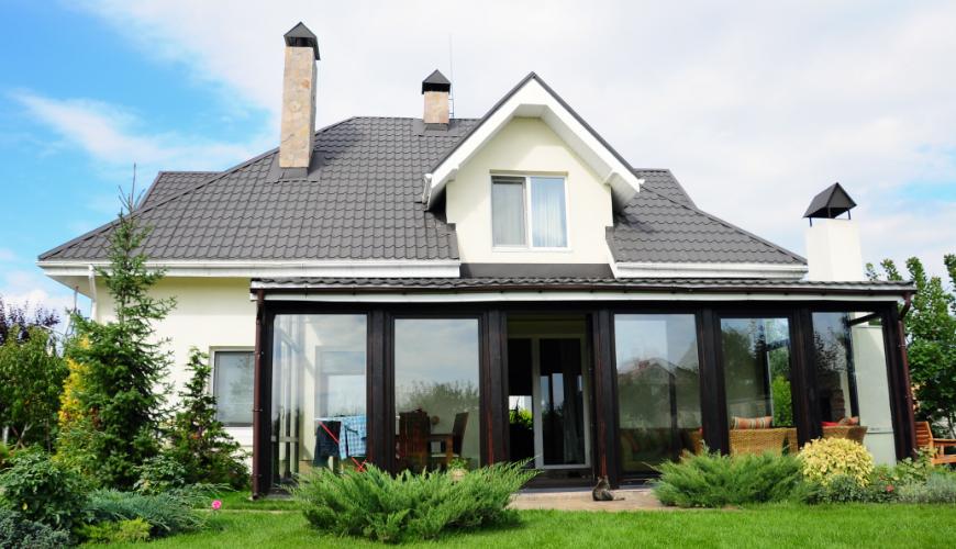 Voorbeeld witte houten veranda